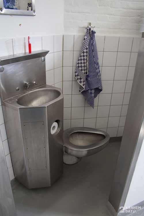 Toilet in cel